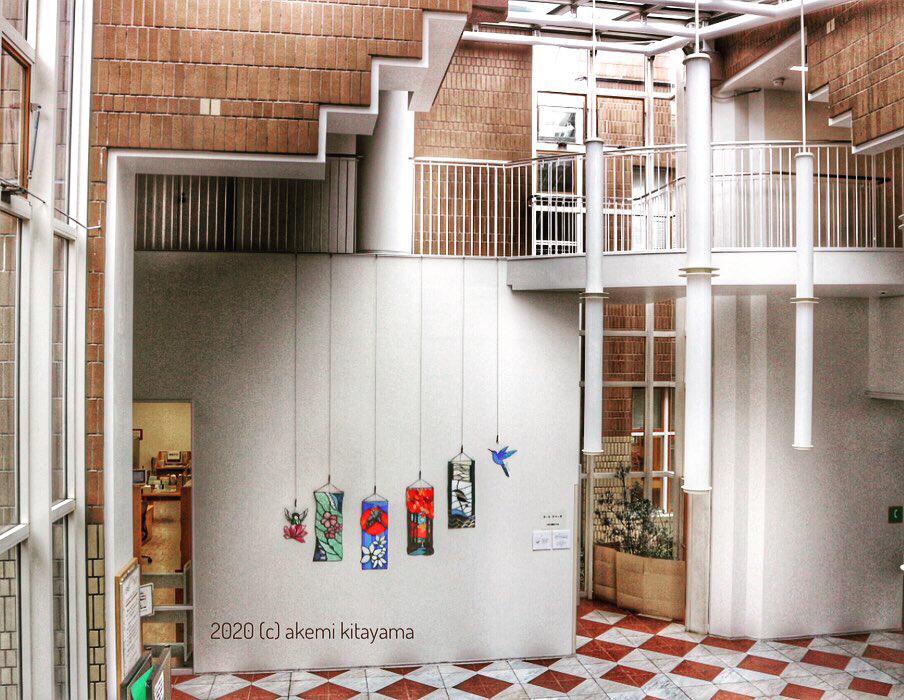 """「日本の美 """"四季の掛軸と子どもたちへ""""」ステンドグラス作品展示:芦屋市立図書館 友の会主催アートスペース(坂倉建築研究所設計) 9/27まで開館時ご覧いただけます。"""