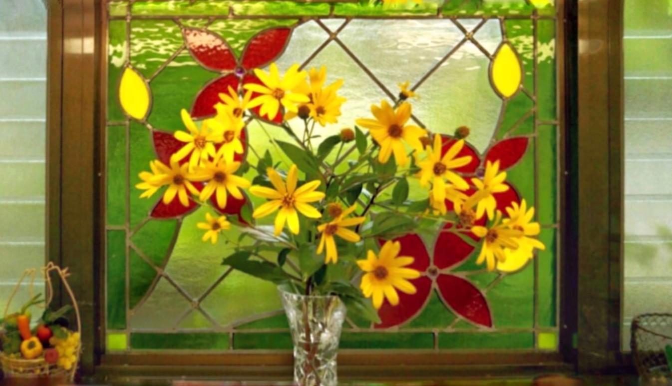 """""""Client Photo"""" 花畑をイメージしたオーダーデザインのステンドグラスを菊芋の花と撮影いただいた写真"""