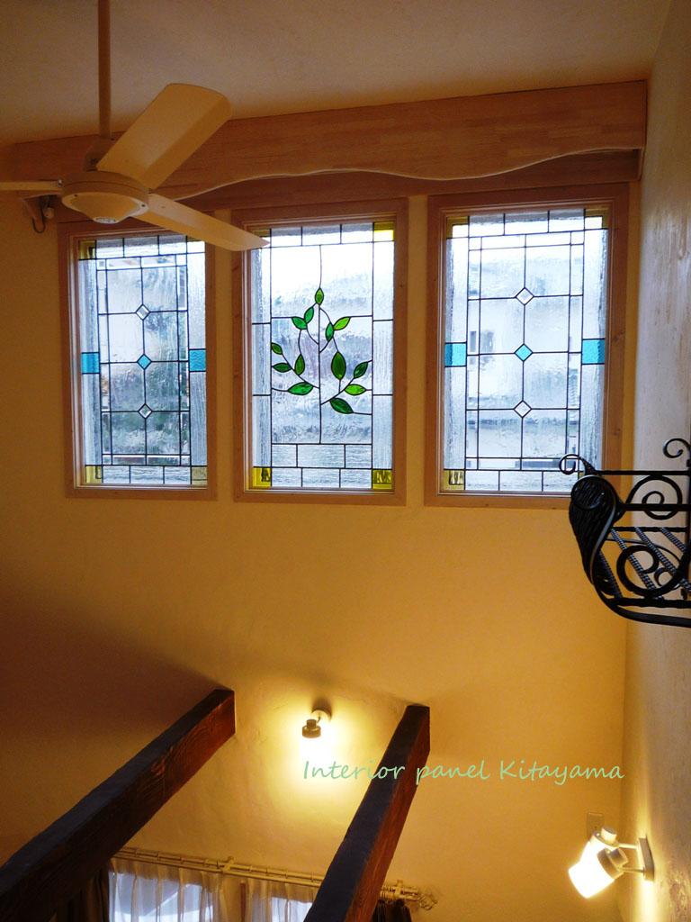 ウィンドウパネルのステンドグラス。リビングの吹き抜けにお子様の成長をこめたツリーのデザイン