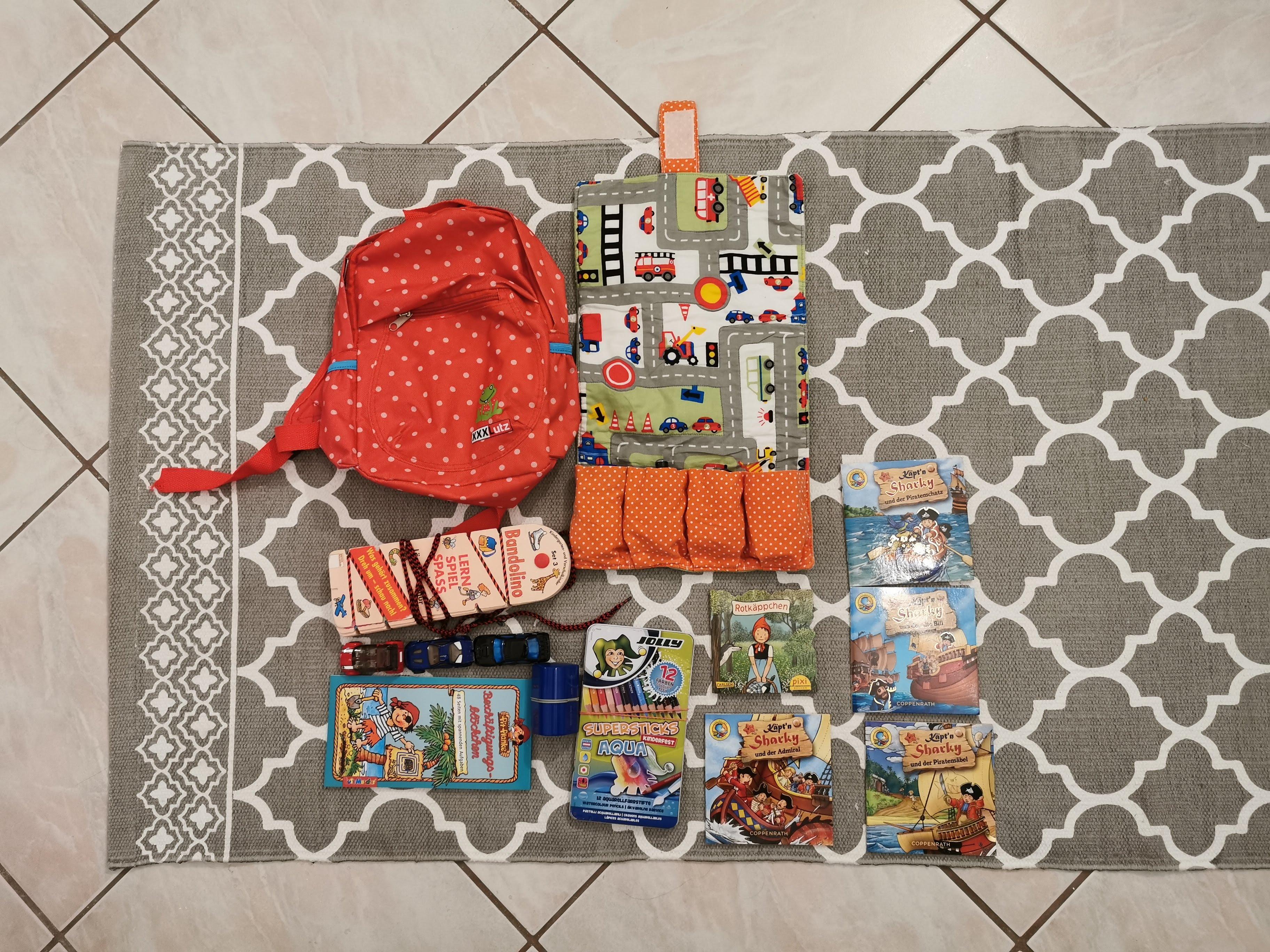 Handgepäck Reise mit Kind und Baby Spiele Rucksack Bücher