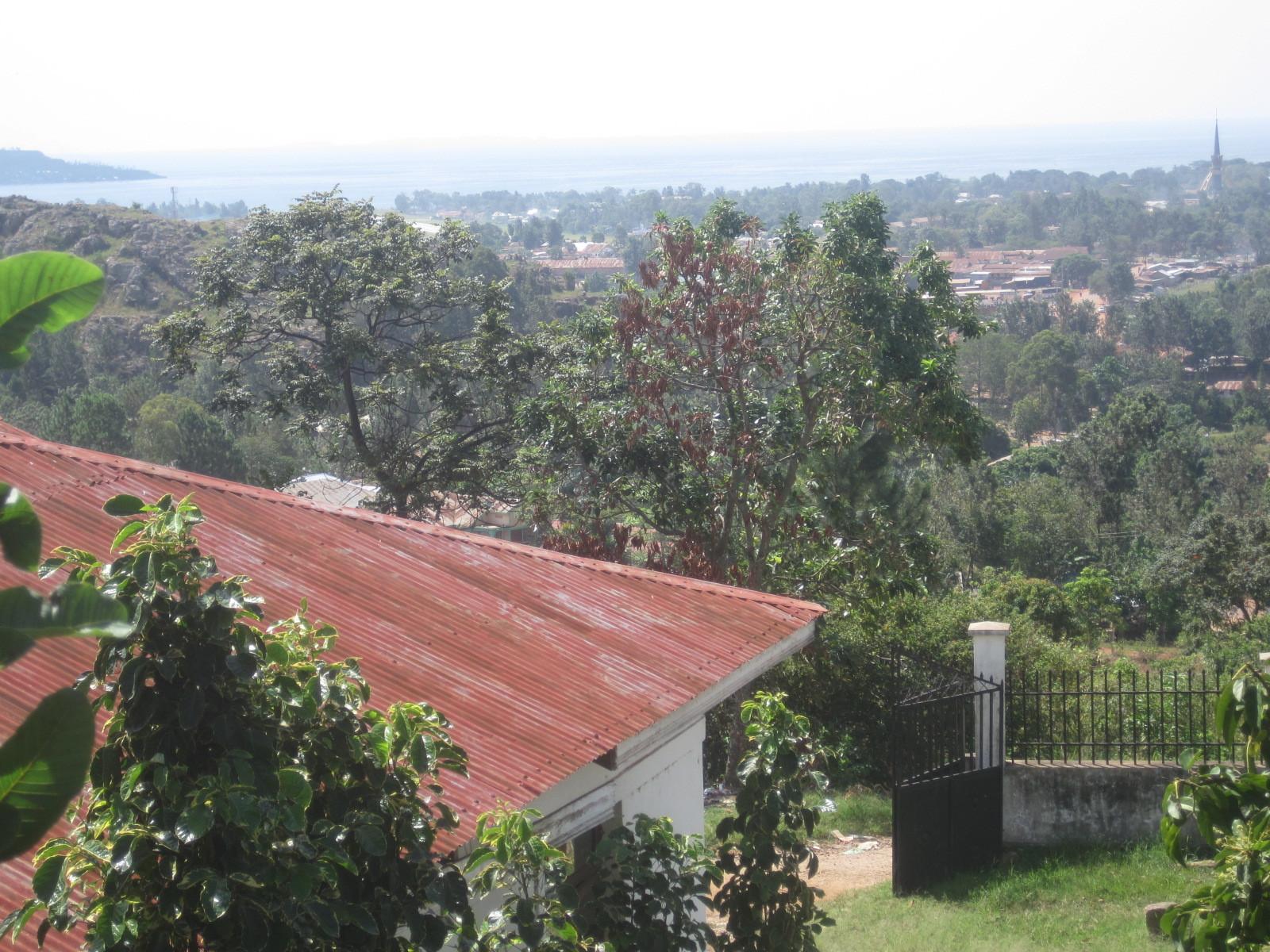 Geniale Sicht vom Jambo Haus auf die Raketenkirche rechts, die Insel links und den Viktoriasee im Hintergrund