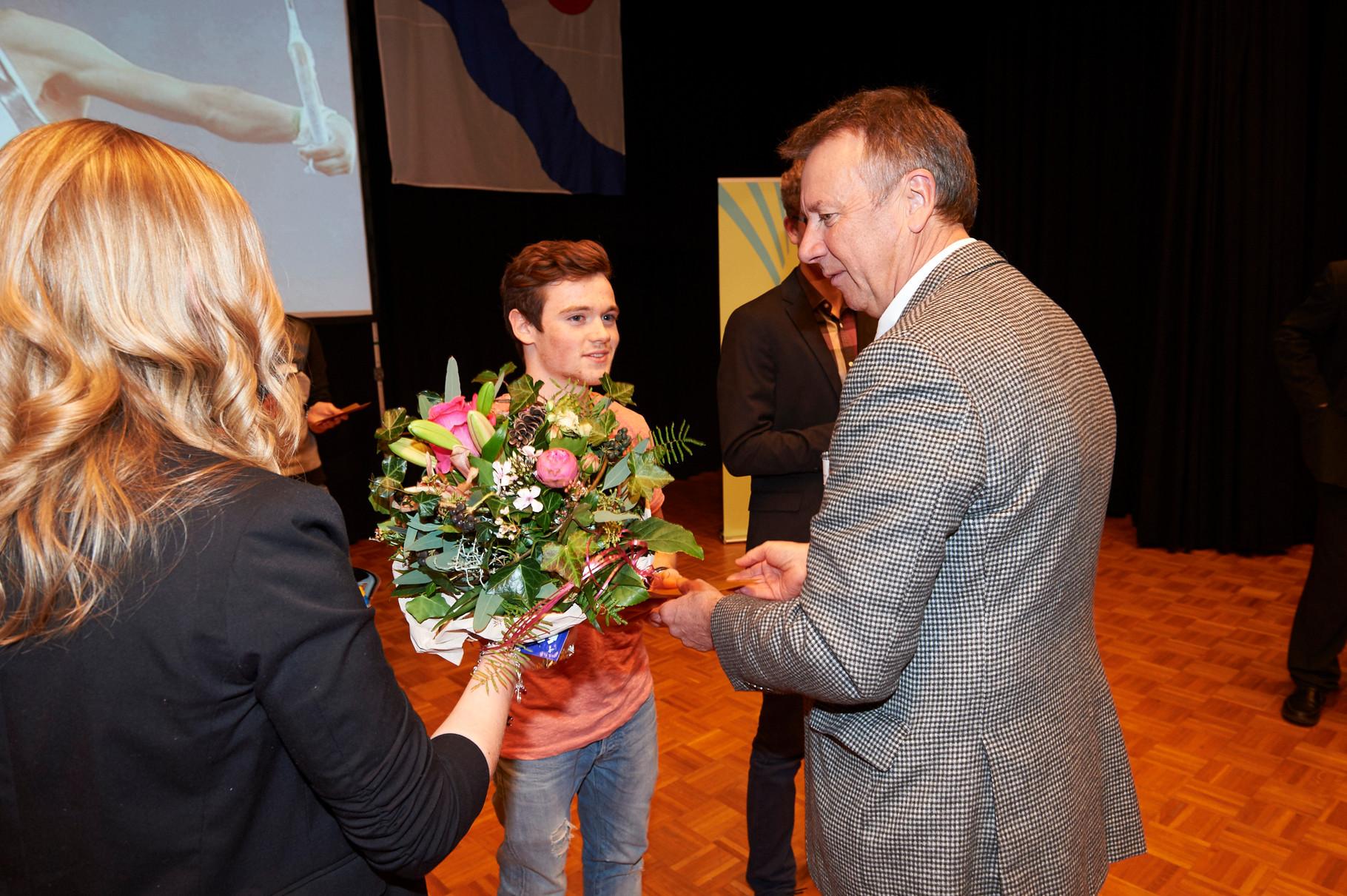 Do-Club Vorstandsmitglied W.Leuenberger übergibt die Preise