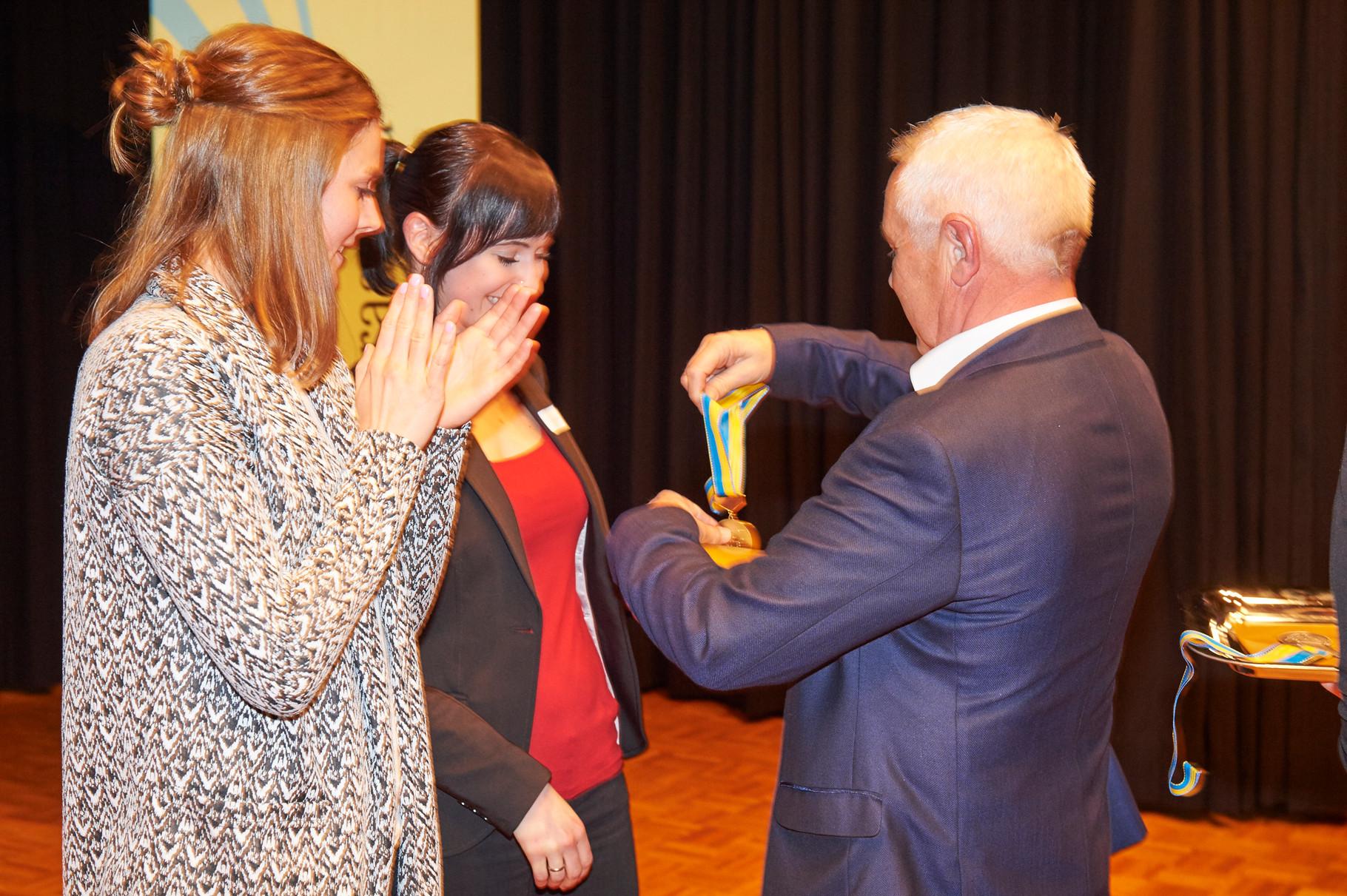 Do-Club Vorstandsmitglied B.Balsiger übergibt die Preise