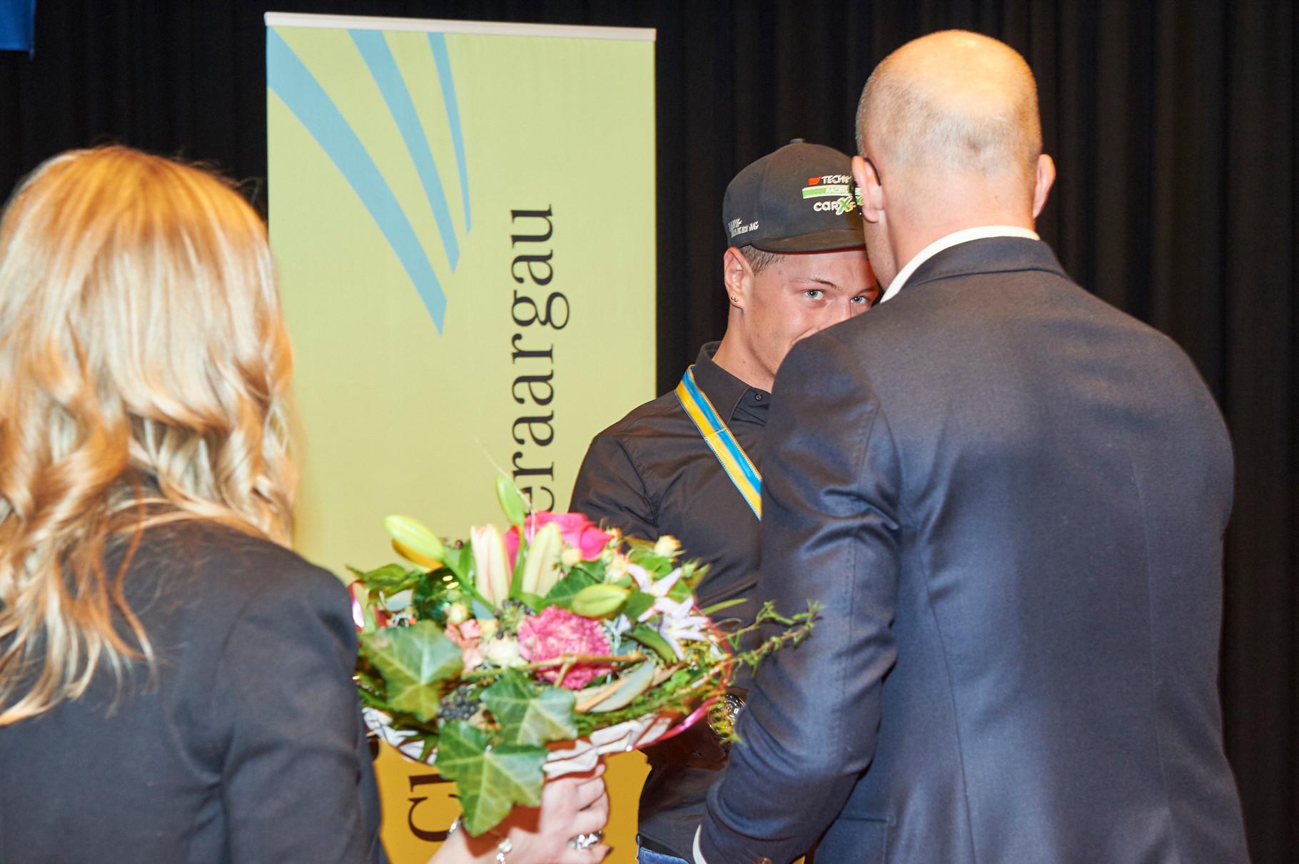 Do-Club Vorstandsmitglied M.Leu übergibt die Preise