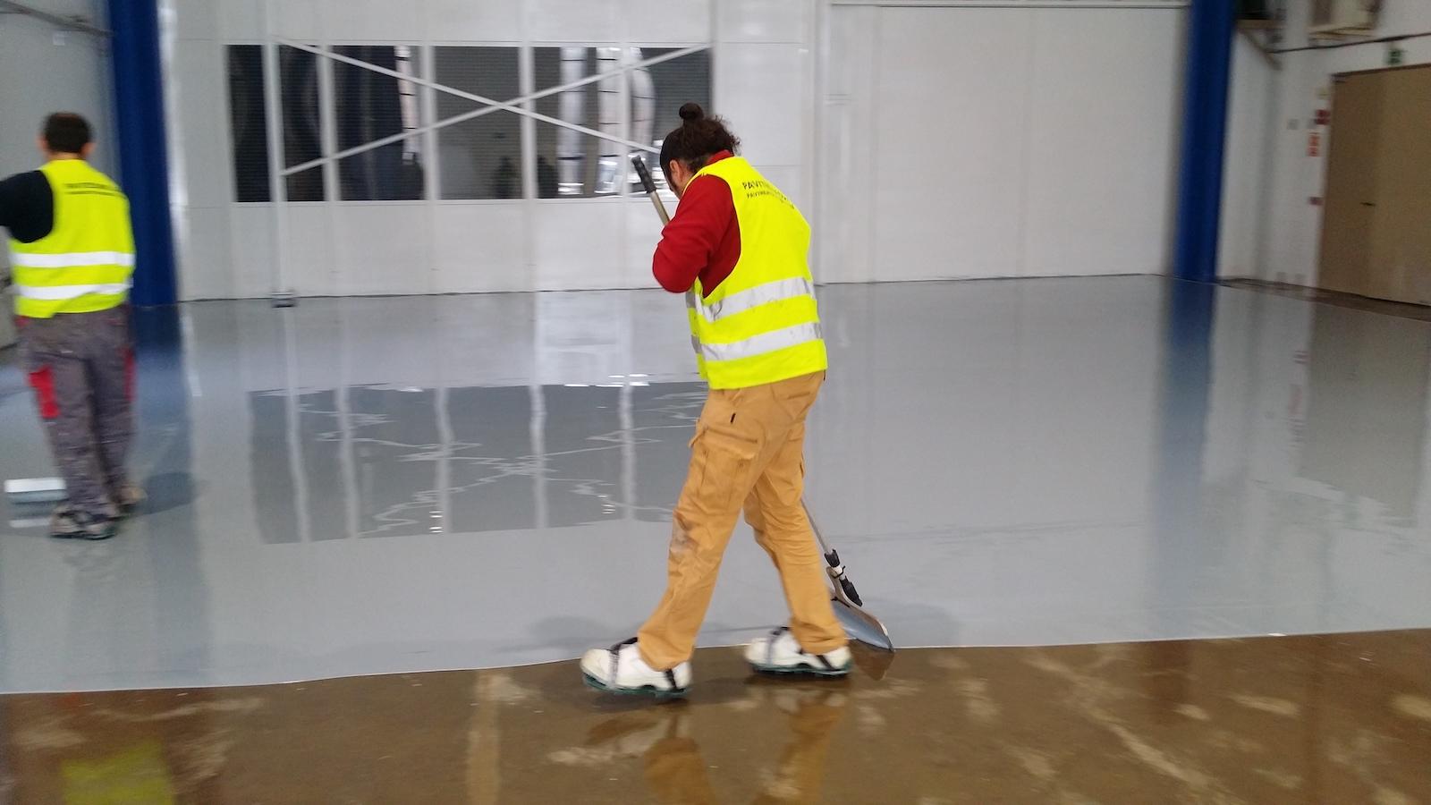 Pavimento industrial autonivelante epoxi 100% sólidos