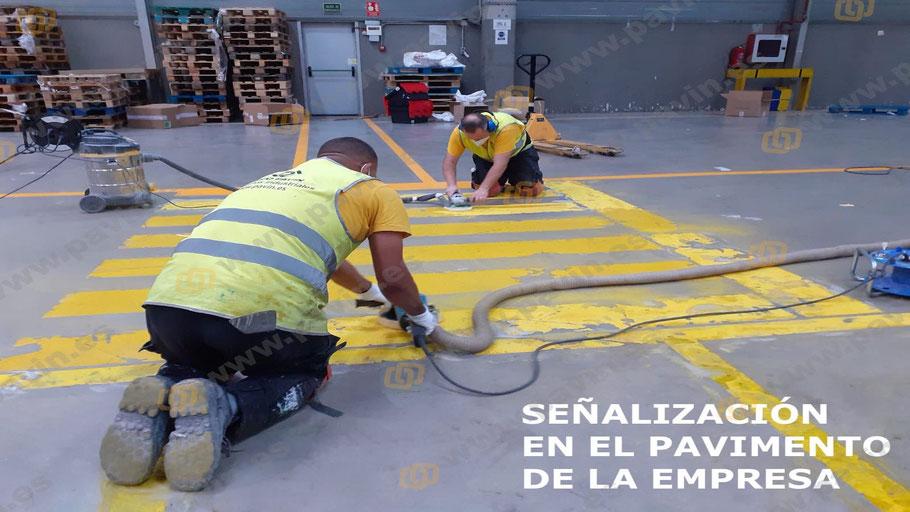 Señalización del suelo en el almacén con resinas epoxi adecuadas al pavimento industrial de hormigón existente