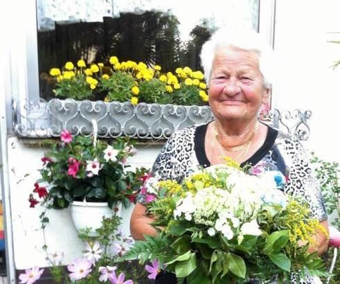 Freude und Lachen am Jubeltag - hier mit Blumen des Malteser Stiftungzentrums