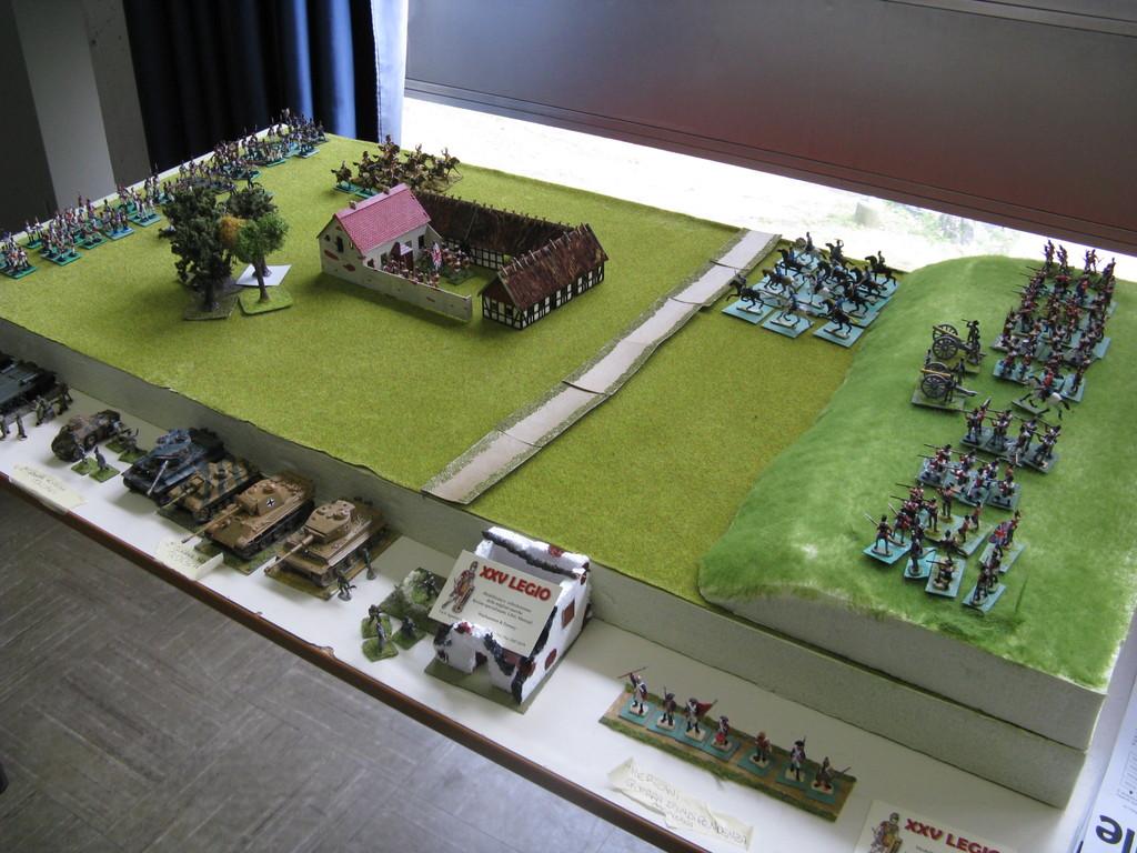 Il campo di battaglia con le truppe inglesi schierate sulla collina e la Haye Sainte in mezzo ai due schieramenti.