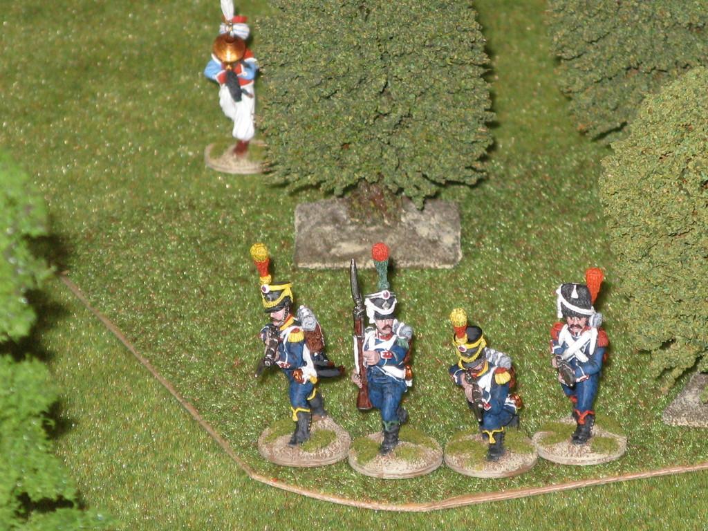 e il fuoco congiunto degli Anglo-Russi costringe i superstiti a ritirarsi precipitosamente nel bosco.
