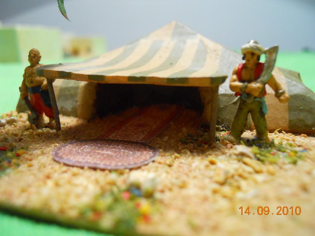 La guardia all'ingresso della tenda