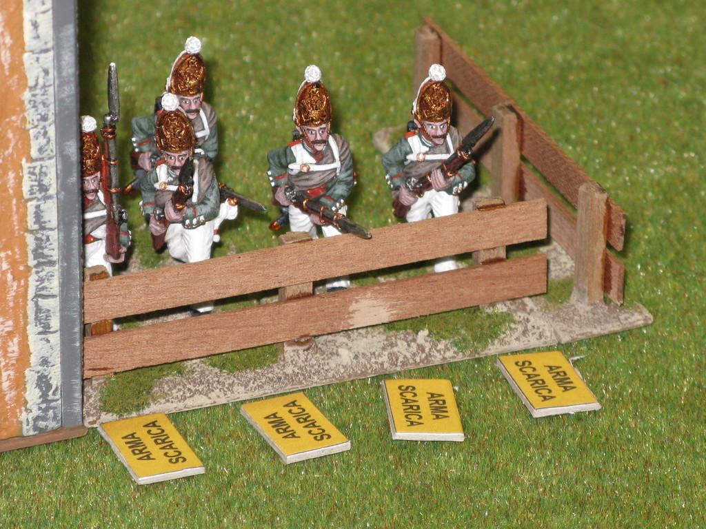 I granatieri russi si posizionano dietro una staccionata e tengono sotto tiro i bavaresi.