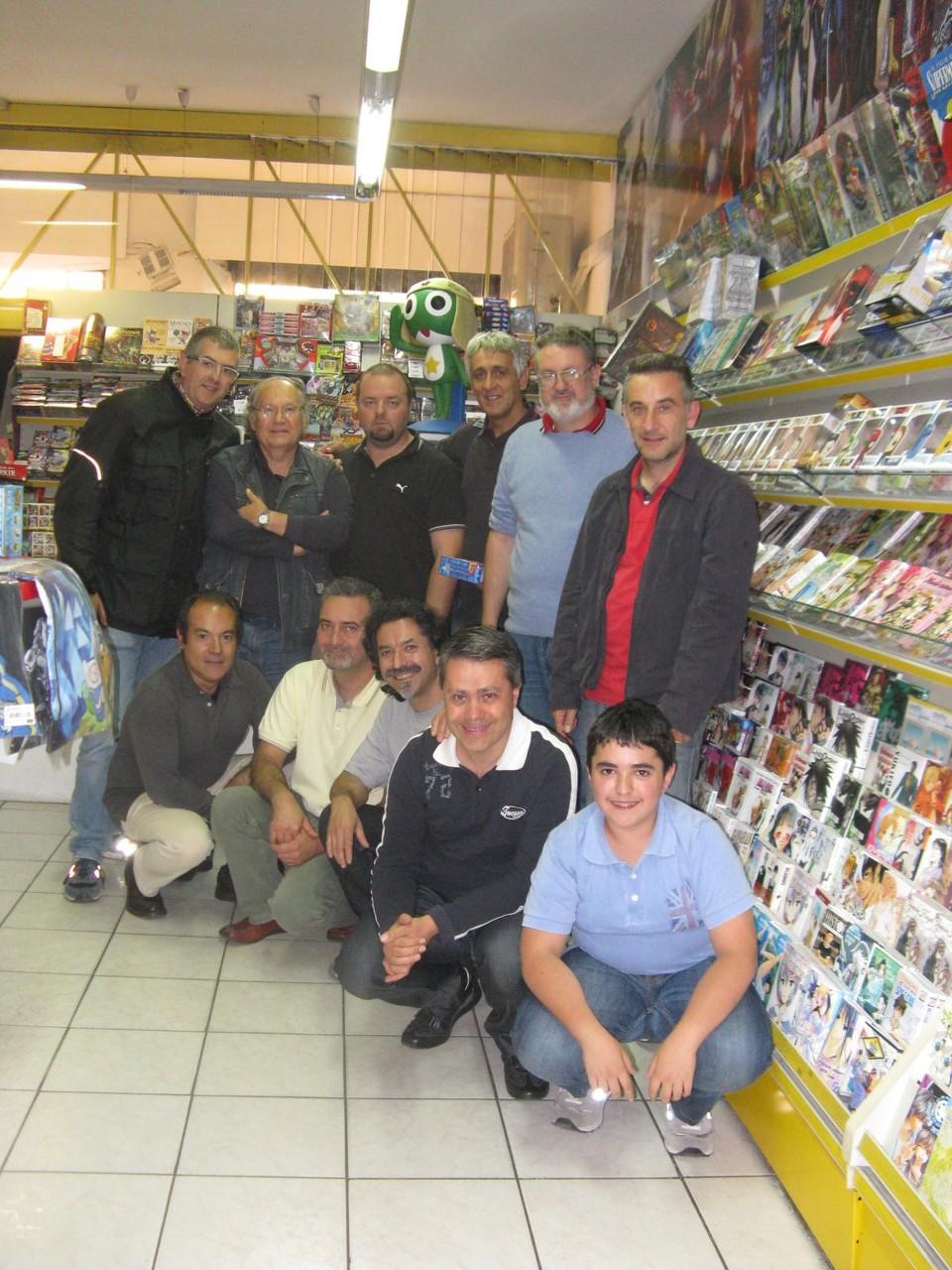 """Foto di gruppo all'interno del negozio """"Fumettopoli""""."""