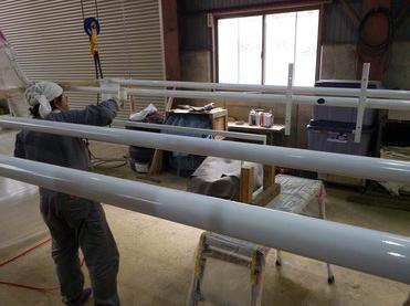展示品を固定する柱を製作しています。
