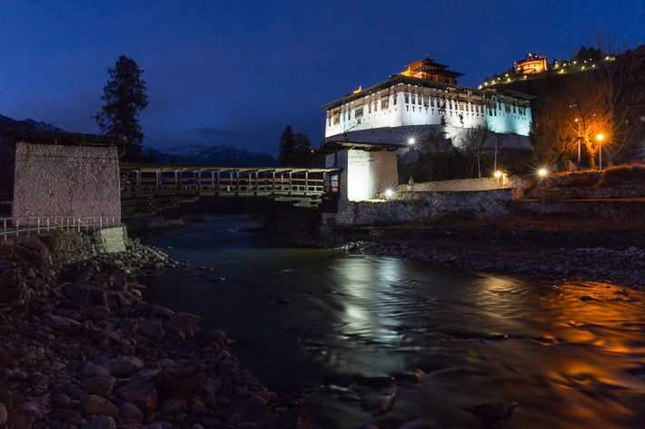 Rinpung Dzong bei Nacht.