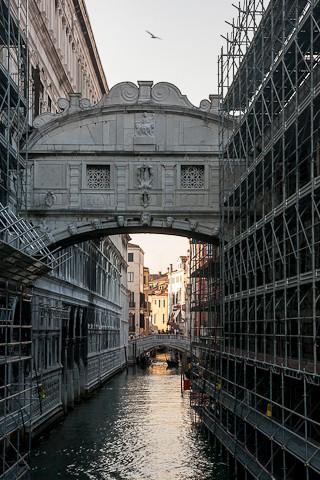 Die Seufzerbrücke (italienisch Ponte dei Sospiri).