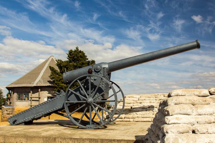 Noch heute steht hier zur Erinnerung eine der Kanonen als Mahnmal.