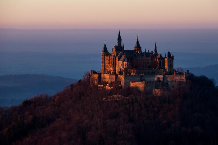 Burg Hohenzollern unmittelbar vor dem Sonnenuntergang.