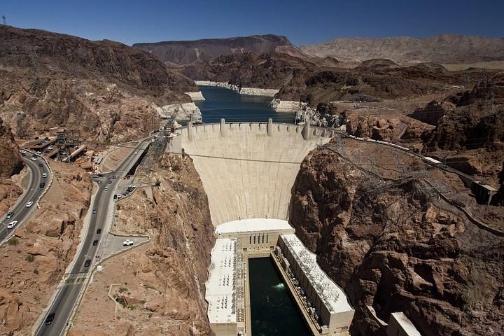 Der Hauptzweck der Talsperre ist die kontrollierte Wasserabgabe in Arizona, Nevada und Kalifornien sowie die Energiegewinnung.