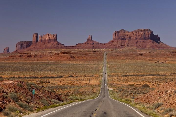 Blick auf Monument Valley in Utah auf der Route 163 knapp 10 Meilen von der Grenze zu Arizona entfernt.