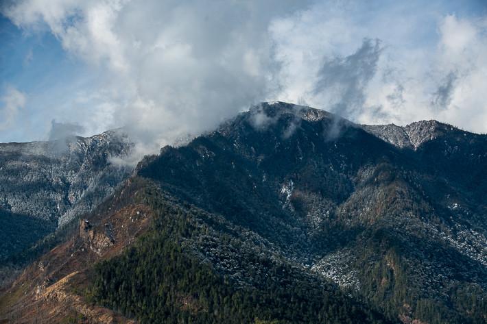 Schnee war nur noch auf der gegenüberliegenden Seite an den Nordhängen der Berge vorhanden.