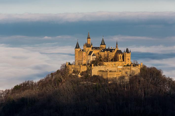 Die Burg befindet sich auf einer Höhe von 855 m ü. NN.