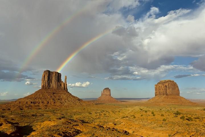 Doppelregenbogen über den drei Tafelbergen West Mitten Butte, East Mitten Butte und Merrick Butte