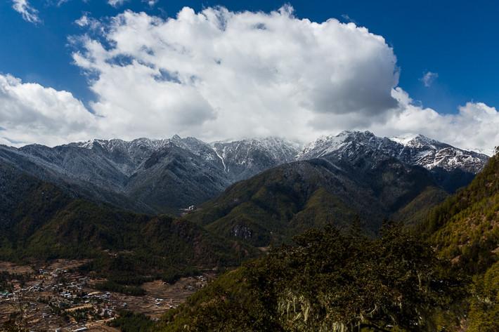 Blick in das Tal von Paro und auf die gegenüberliegende Bergkette.