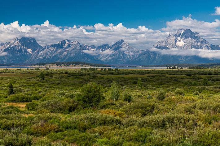 Weite Ebene der Jackson Hole, im Hintergrund Mount Moran und die Bergkette der Teton Range.