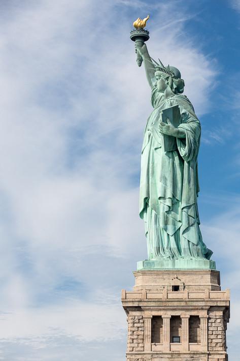 Die Statue steht auf Liberty Island.