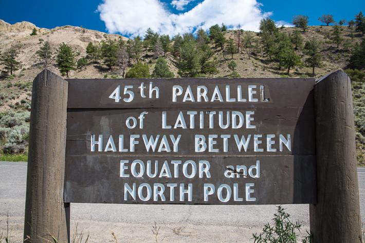 """Im Yellowstone steht dieser Hinweis auf den 45. Breitengrad: """"Auf halbem Weg zwischen Äquator und Nordpol"""""""