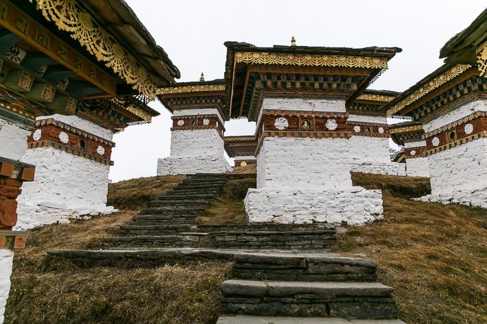Über einen Steinpad lassen sich die 108 Stupas gut besichtigen.