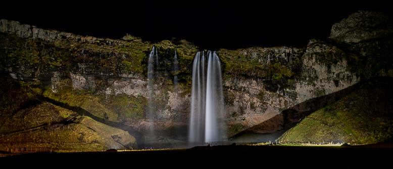 Irgendwie befremdlich, trotzdem ein cooles Motiv ... in der Nacht ist der Wasserfall beleuchtet.
