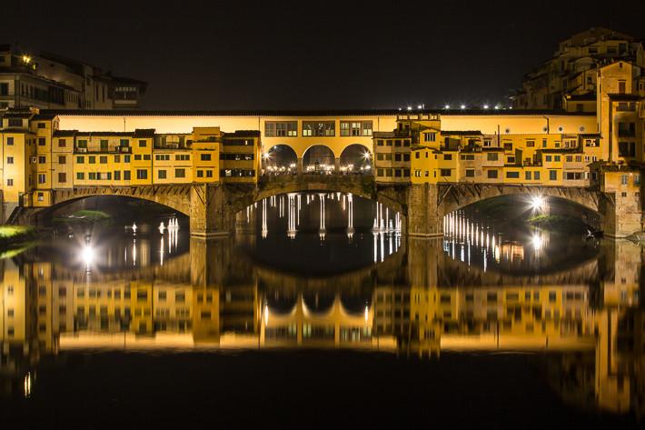 Ponte Vecchio bei Nacht.