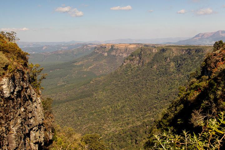 Die Panorama Route bietet weite Ausblicke in die Ebene, beispielsweise bei God's Window (Provinz Mpumalanga).
