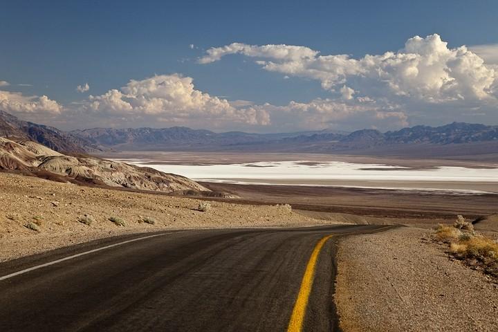 """Durch den """"Rückspiegel"""" hat man zudem einen guten Ausblick auf den Salzsee von Badwater."""