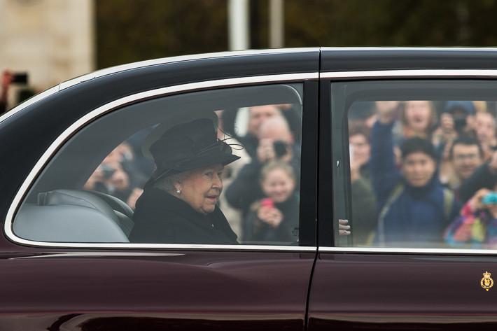 Am Vormittag des 09. November 2014 in London -Königin Elizabeth II. und dahinter ihr Mann Prinz Philipp