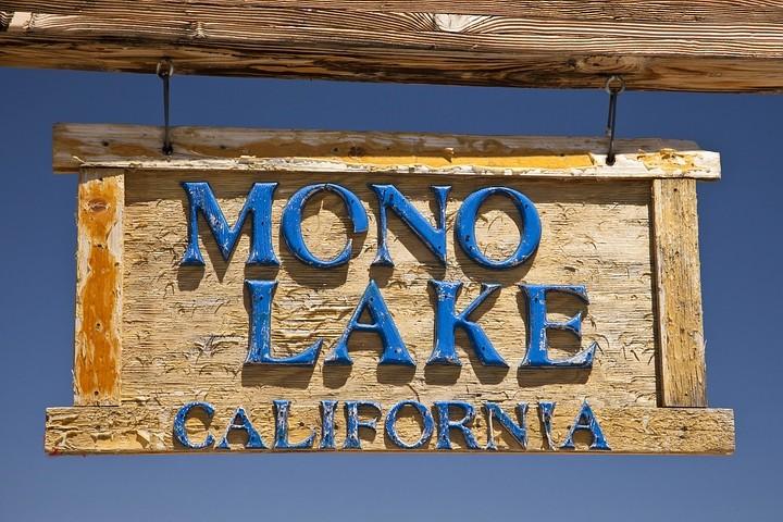 Der 182km² große Mono Lake liegt am Ostende der Sierra Nevada und ist ein alkalischer Salzsee.