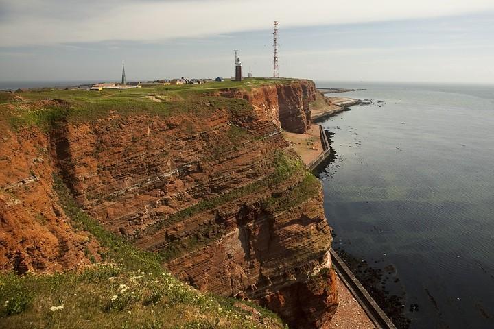 Westliche Felsenküste mit dem Leuchtturm, dem Richtfunkturm und der Preußenmauer.