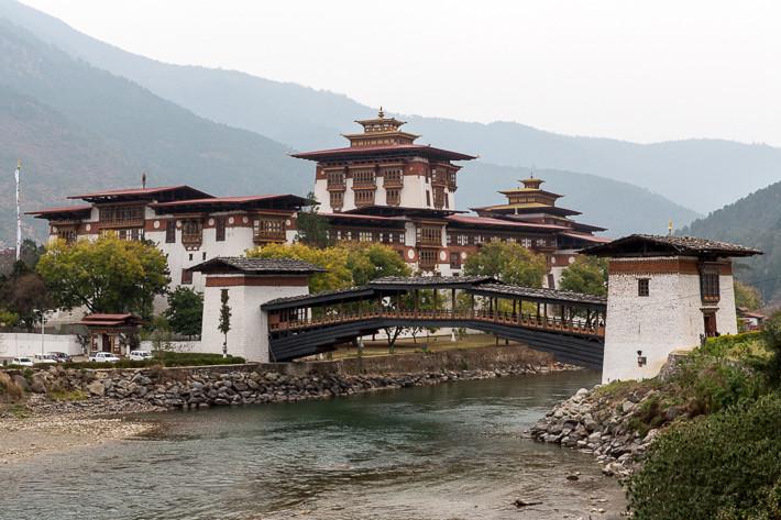 Punakha Dzong; im Vordergrund die wiederaufgebaute Kragbrücke.