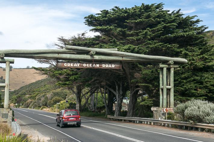 Straßenportal am südlichen Ende der Great Ocean Road.
