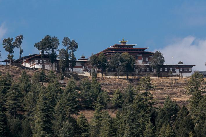Kloster Gangtey Goemba vom Tal aus gesehen.