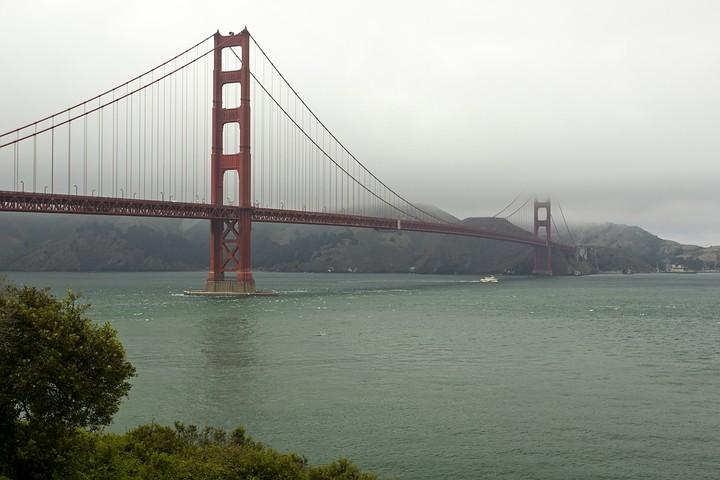 Endlich gab der Nebel einen Blick auf die gesamte, fast 230m hohe Brücke frei. Etwas Sonne kam auch noch durch!