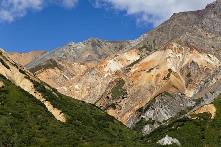 Die unterschiedliche Färbung der Felsen entstand vor 50 Millionan Jahren durch vulkanische Aktivität.