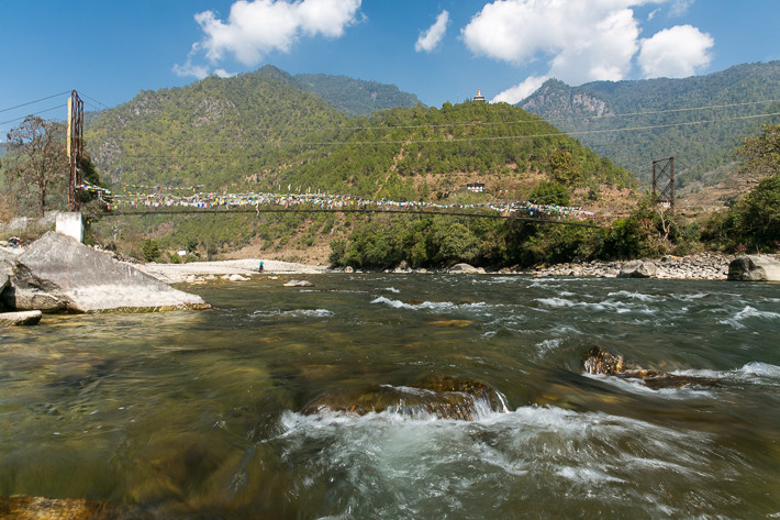 Hängebrücke über den Mochu Fluss, auf dem Berg ist der Tempel schon zu sehen..