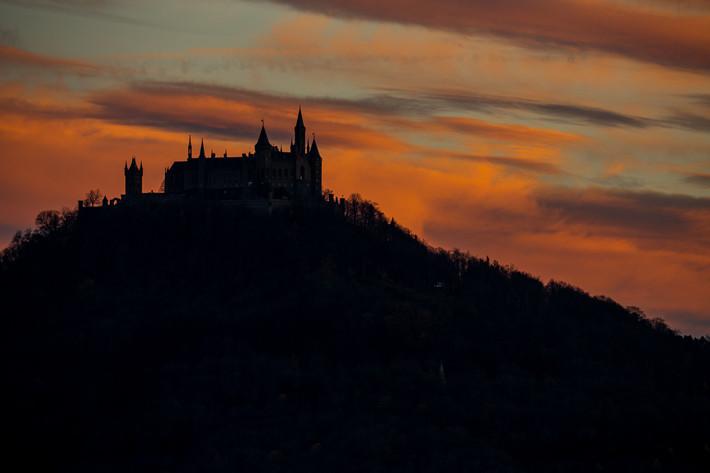 Sonnenuntergang - Silhouette der Burg Hohenzollern.