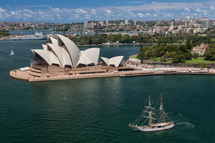 Die berühmte Oper von Sydney mit einem Segelschiff - fotografiert von der Harbour Bridge!