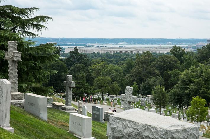 Blick auf den Friedhof und das Pentagon im Hintergrund.