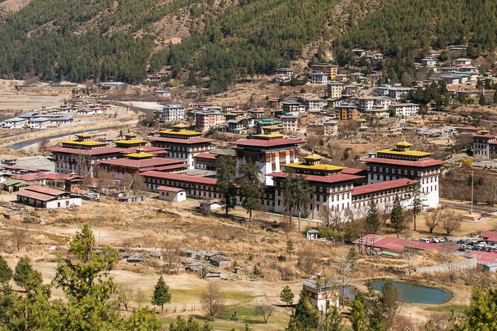 Trashi Chhoe Dzong von einer Anhöhe aus gesehen.