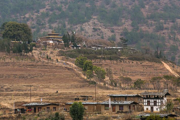 Viel bereister Weg zum Tempel Chime Lhakhang.