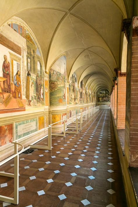 Der Kreuzgang ist mit Fresken bemalt